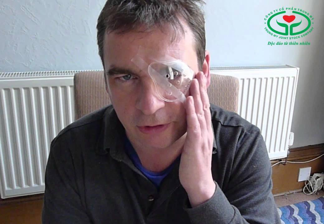 Đeo băng hoặc kính sau mổ cườm mắt sẽ giúp phòng ngừa biến chứng nguy hiểm